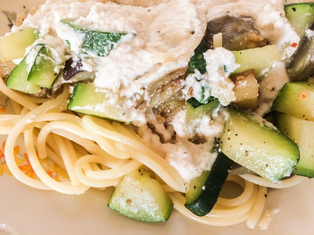 Spaghetti met vegan roomsaus en aubergine en courgette